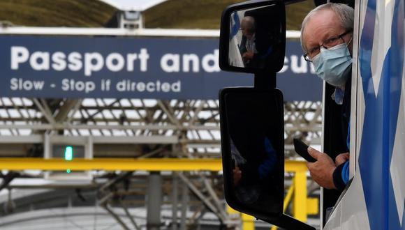 Un camionero espera para mostrar su documentación a los funcionarios para el despacho de aduanas y los resultados de las pruebas de coronavirus mientras llega al Eurotúnel en ruta hacia Francia el primer día después del final del período de transición de Brexit. (Foto: Reuters / Toby Melville)