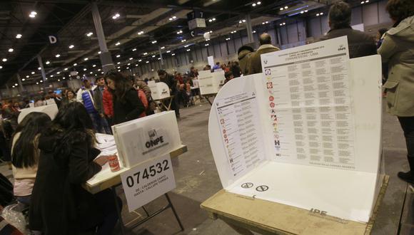 Voto extranjero: Rafael López Aliaga lidera conteo de votos de la ONPE al 38% de actas procesadas. (EFE/Victor Lerena ESPAÑA PERU ELECCIONES).