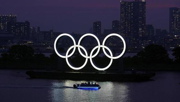 Aros olímpicos flotan en el agua al atardecer, en la sección de Odaiba, en Tokio (Foto: AP FOTO/EUGENE HOSHIKO)