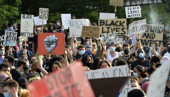 La muerte de George Floyd condujo a diversas protestas que exigen el fin de la violencia hacia los afroestadounidenses, quienes según estudios, enfrentan un elevado riesgo de morir a manos de las fuerzas del orden. (Foto: AFP)