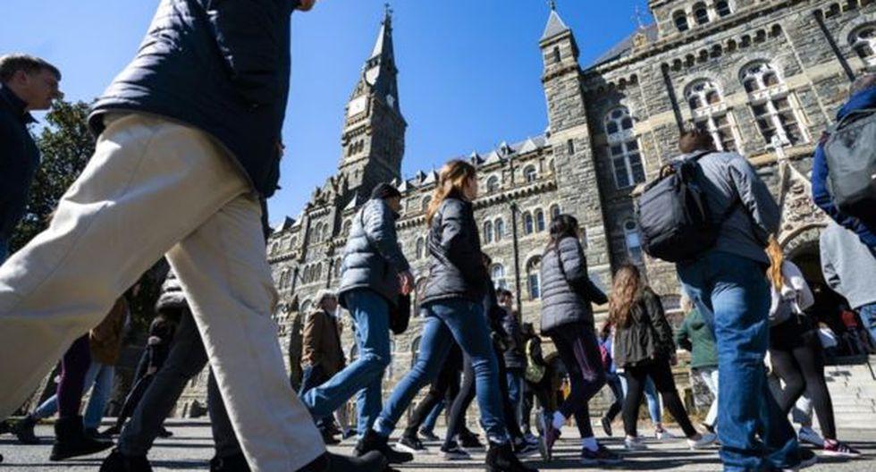 Más de cuatro de cada 10 recién graduados están trabajando en empleos que generalmente no requieren un título universitario, dice la Fed de Nueva York. (EPA).