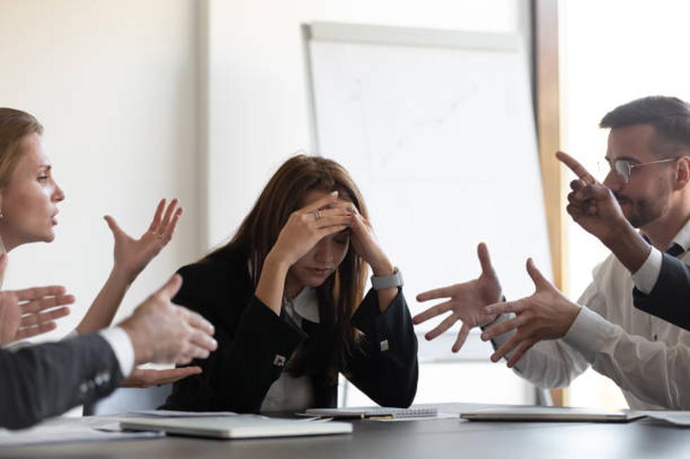 Los quejumbrosos y la gente negativa siempre son malas noticias porque te envuelven en sus problemas y no se enfocan en las soluciones. Quieren que la gente se una a su fiesta de tristeza para que puedan sentirse mejor sobre ellos mismos. La gente suele sentir presión por escucharlos porque no quieren parecer groseros, pero hay una delgada línea entre prestar un oído amable y dejar que la negatividad emocional te arrastre en su espiral. Puedes evitar esto poniendo límites y distanciándote cuando sea necesario. Piénsalo así: si el que se queja estuviera fumando, ¿te sentarías ahí a fumarte lo que él deja? Pondrías distancia y es lo mismo que deberías hacer con la gente que se queja.  Una gran forma de establecer límites es preguntarle a los quejumbrosos la forma en la que piensan resolver el problema, y lo más probable es que se callen o que redirían la conversación hacia algo más productivo. (Foto: iStock)