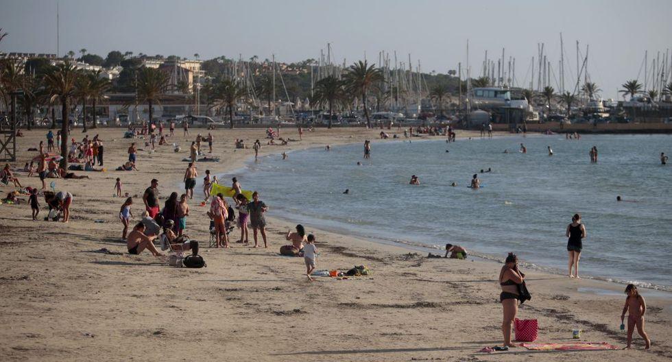 El potente sector turístico español, segundo destino mundial, confía en la demanda interna para salvar una temporada veraniega que se augura funesta. En la foto, la playa de Palma de Mallorca. (AP/Joan Mateu)