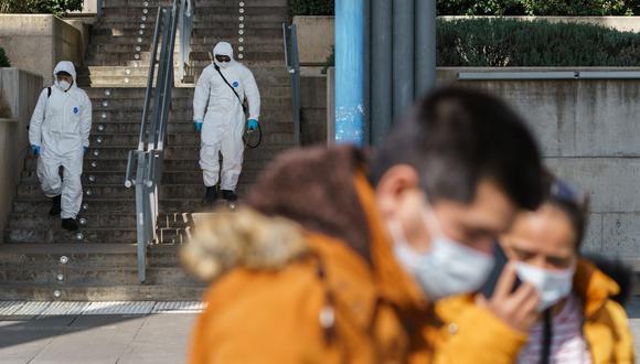 Actualmente avanza a un ritmo de medio millón de nuevos contagios por día, de forma acelerada en Europa, lo que ha llevado a países como Francia, Italia, España o Alemania a reimponer medidas restrictivas, aunque un poco más leves que en la primera ola pandémica en primavera. (Foto: AFP)
