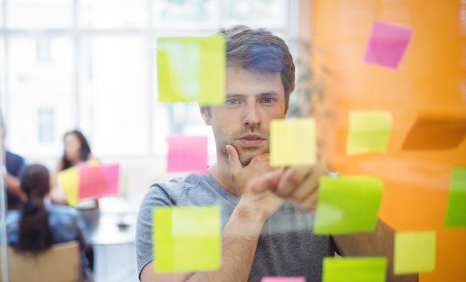FOTO 3 | 3. Planea. Piensa en un borrador de tu plan de negocios. Si lo haces bien, te guiará hacia los pasos que siguen y podrás usarlo para presentar tu idea a posibles inversionistas. Ten en cuenta que debe incluir una misión, un resumen ejecutivo, un resumen de la empresa, muestreo del producto o servicio, un detalle del target, proyecciones financieras y estructura de costos. (Foto: Freepik)