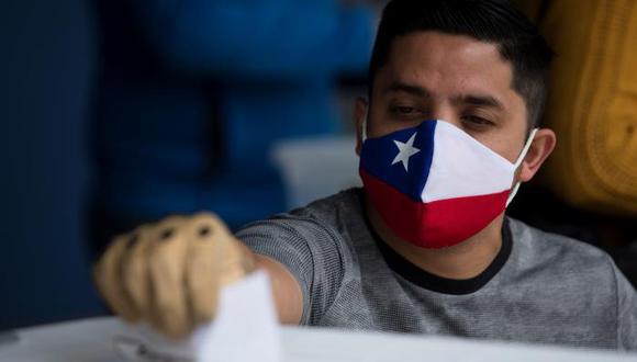 Un hombre ejerce su voto este domingo en el Estadio Nacional en Santiago (Chile). (Foto: EFE/ Alberto Valdés)