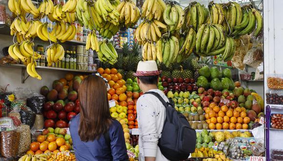 Amas de casa suelen comprar en mercados  acompañadas de familiares.