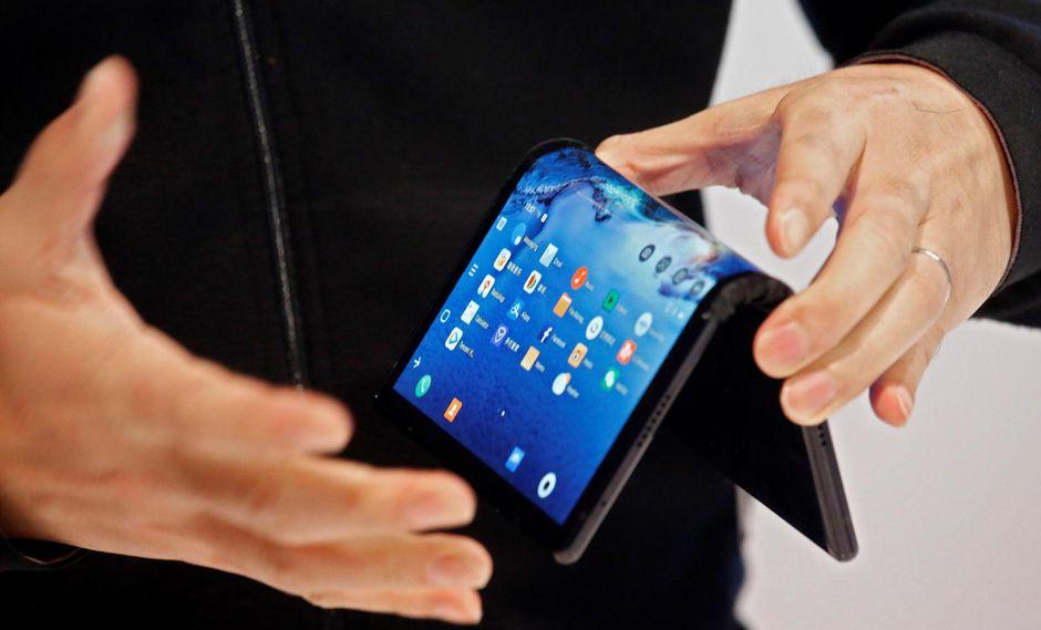 El nuevo teléfono flexible FlexPai de Royole es exhibido durante la apertura de la Feria de Electrónica de Consumo CES 2019. (Foto: EFE).