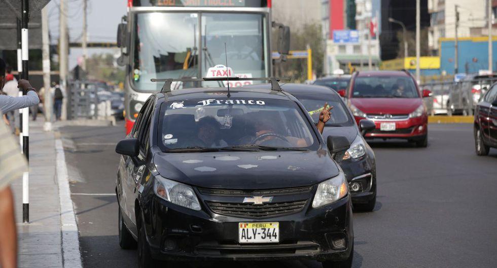 Los vehículo que realizan 'taxi colectivo' han invadido las vías de los corredores viales complementarios. (GEC)