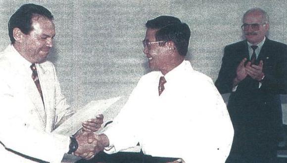 El presidente Fujimori, con cinturón negro, recibe el grado honorífico de noveno dan en karate por su apoyo a esta disciplina, tras inaugurar el nuevo local de la federación de este deporte.