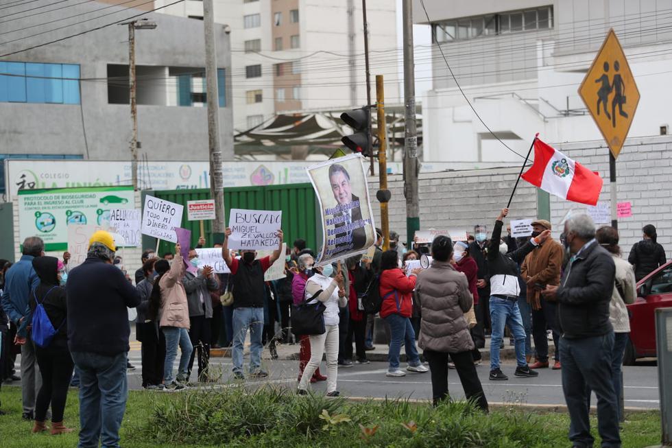 Decenas de personas llegaron hasta la Av. Manuel Cipriano Dulanto (puerta de AELU), en Pueblo Libre, para realizar un plantón pacífico en protesta por los miles de ahorristas afectados tras la intervención de la Superintendencia de Banca y Seguros del Perú (SBS) en la Cooperativa de Ahorro y Crédito (Aelucoop). (Foto: Lino Chipana / @photo.gec)