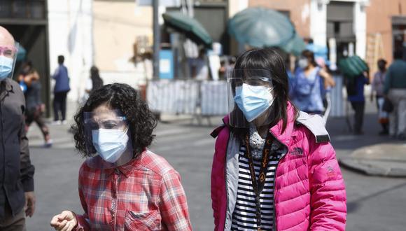 Con el objetivo de prevenir nuevos contagios de COVID-19 en el país, el Gobierno dispuso la medida del uso de doble mascarilla. (Foto: GEC)