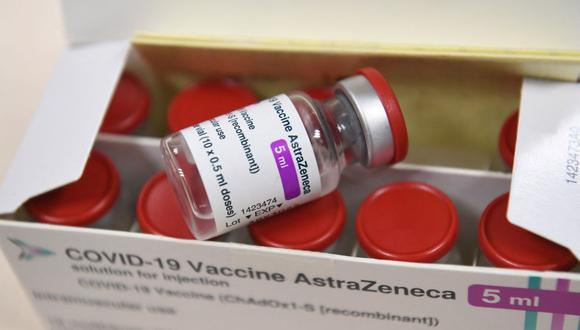 En esta foto de archivo tomada el 6 de febrero de 2021, se muestra una caja que contiene viales de la vacuna AstraZeneca contra el coronavirus. (Alain JOCARD / AFP).