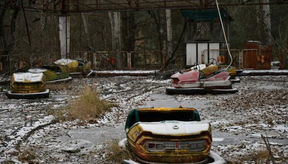 Una fotografía tomada el 8 de diciembre de 2020 muestra autos chocones en un parque de diversiones abandonado en la ciudad fantasma de Pripyat, no lejos de la planta de energía nuclear de Chernóbil. (Foto: AFP).
