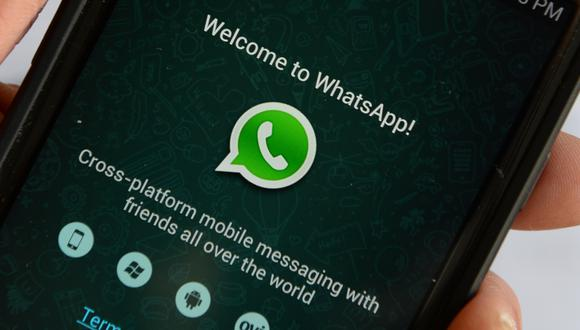 WhatsApp dijo en su sitio el viernes que no cortaría directamente el acceso a los usuarios que rechazaran los nuevos términos, pero que continuaría enviándoles recordatorios. (Photo by STAN HONDA / AFP)