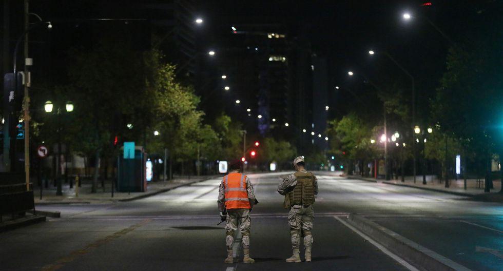 Chile se encuentra bajo el estado de excepción por catástrofe, con las clases suspendidas y las fronteras, los centros comerciales, los cines, los restaurantes y los comercios que no sean de primera necesidad cerrados. (EFE).