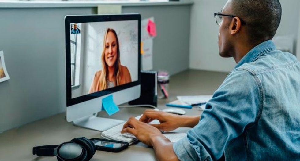 FOTO 4   4. Experto que da cursos online. Puedes hacer dinero vendiendo tu conocimiento. Crea cursos sobre tu área de expertise (programación, bitcoins, contabilidad) que pueden ser promocionados en portales de cursos en línea. Debes descubrir lo que puedes enseñar y la forma más fácil de empezar es viendo los cursos que ya se ofrecen. Busca en los portales más populares como Zeqr, Skillshare, Teachable, Yondo, lynda.com, Uscre en y Udemy.  Una vez que hayas decidido qué puedes enseñar y quién es tu audiencia, planea tu curso que debe incluir un glosario, o videos de tus clases, contenido escrito y tareas. Para darte una idea de cómo estructurar bien un curso y publicitarlo, estudia otros cursos exitosos en tu categoría (Una idea: siempre puedes publicitarte ofreciendo contenido gratuito en YouTube, en tu blog o en Facebook, con un link a tu curso en línea).  La paga varía en las diferentes plataformas de aprendizaje, dependiendo de sus modelos de negocio (como pagos por suscripciones mensuales o por cada clase impartida). Por lo general, lo que recibes es una combinación del porcentaje de las ventas y las ganancias calculadas a partir de los minutos que la gente consumió tu video. (Foto: Getty)
