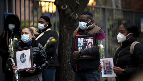Las enfermeras y los trabajadores de la salud lloran y recuerdan a sus colegas que murieron durante el brote del nuevo coronavirus (que causa Covid-19) durante una manifestación frente al Hospital Mount Sinai en Manhattan, en la ciudad de Nueva York. (Foto: AFP)