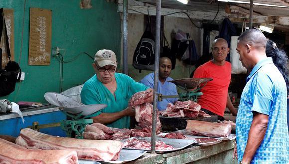 En 1963, el gobierno prohibió a los cubanos sacrificar sus vacas o vender carne y subproductos sin permiso del Estado, después de que el paso de un huracán acabara con el 20% del ganado de la isla. (Foto: EFE/Ernesto Mastrascusa)
