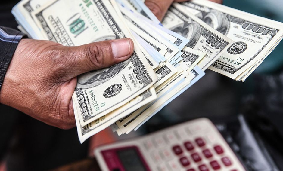 Foto 10 | Dólar escala a S/ 3.27 tras un nuevo remezón en índices de Wall Street. Los mercados locales e internacionales nuevamente fueron remecidos por otra caída de más de 4% en Wall Street (ver página 17). Así, el dólar escaló ayer de S/ 3.247 a S/ 3.267 en medio de una fuerte compra de la divisa estadounidense por parte de inversionistas extranjeros. La conmoción en el mercado neoyorquino llevó a que el billete verde trepe de S/ 3.219 hasta S/ 3.27 en apenas cuatro jornadas. Cuando el dólar tocó tal nivel, el Banco Central de Reserva (BCR) buscó contener el repunte del billete verde colocando CDR (certificados de depósito reajustables) por S/ 645 millones. Así, logró que el dólar baje levemente a S/ 3.267. Los índices Dow Jones y S&P 500 cayeron 4.15% y 3.75%, respectivamente, en medio de una mayor demanda de bonos del Tesoro de EE.UU. por parte de inversionistas en busca de activos refugio, lo que presionó a la baja las tasas de interés de estos papeles. Esto fue acompañado de una ola de ventas de acciones y otros activos que se extendió a la mayoría de plazas de la región, incluyendo la local (Foto: Andina).