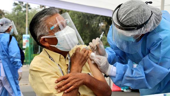 Vacunación a adultos de 50 años podría adelantarse, según el titular del Minsa. (Foto: Minsa)