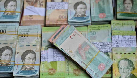 En los últimos 30 días, la moneda local -el bolívar- se devaluó el 50 % frente al dólar. (Foto: AFP)