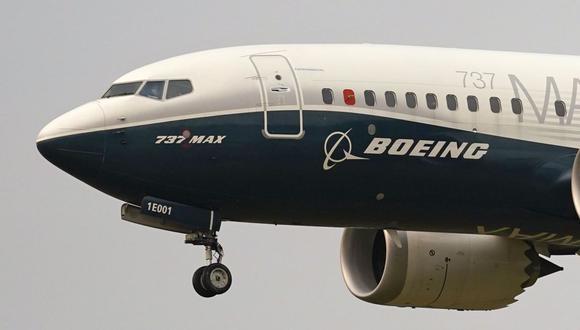 En esta foto de archivo, un avión Boeing 737 Max es pilotado por el jefe de la Administración Federal de Aviación (FAA), Steve Dickson, en Seattle, Estados Unidos. . (Foto AP / Elaine Thompson, archivo).