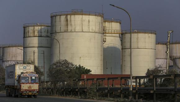 Caracas puede impulsar las exportaciones, incluso cuando la producción está cayendo, gracias al petróleo almacenado. (Bloomberg)