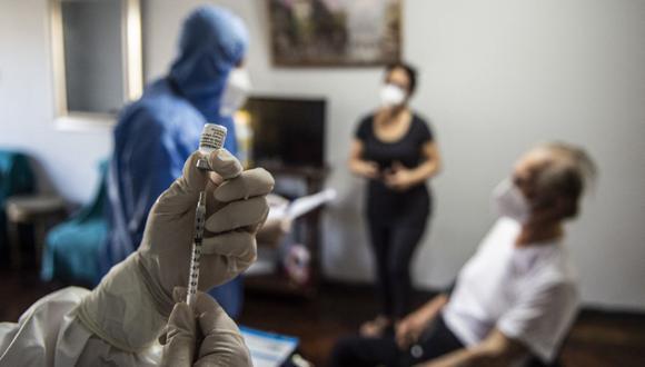 Los centros de vacunación están abiertos de lunes a domingo, salvo los jueves, días que se aprovechan para que las brigadas de vacunación se tomen un descanso y puedan realizar la limpieza respectiva de los puntos de inmunización. (Foto: Ernesto Benavides / AFP)
