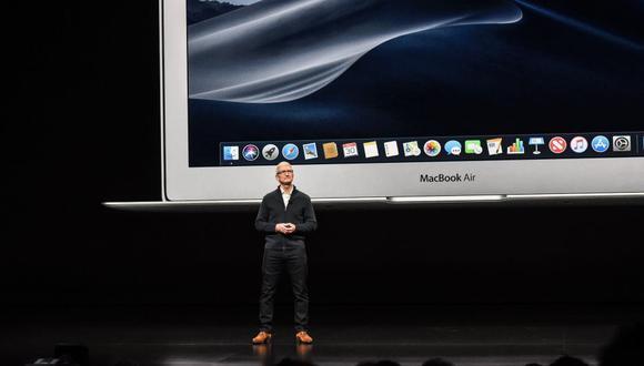 Tim Cook, CEO de Apple, durante la presentación de la nueva versión de su computadora portátil. (Foto: AP)
