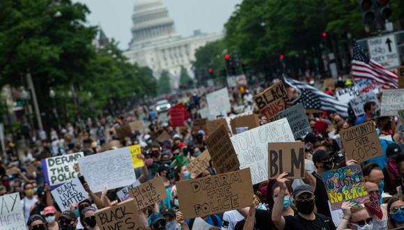 Las manifestaciones en Washington fueron las más grandes desde el comienzo del movimiento de protesta. A ellas se unió la alcaldesa demócrata Muriel Bowser -enfrentada con el presidente Donald Trump después de que el lunes el mandatario ordenara reprimir una protesta frente a la Casa Blanca. (Foto: AFP)