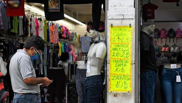 Los venezolanos ahora podrán pagar en bolívares con tarjetas de débito de sus cuentas en dólares, señaló Nicolás Maduro. (Foto: Federico PARRA / AFP)