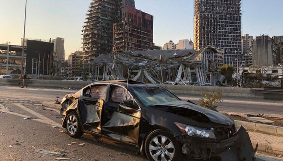Un vehículo dañado es captado este 5 de agosto de 2020 en la zona de Beirut (capital del Líbano). (REUTERS/Issam Abdallah).