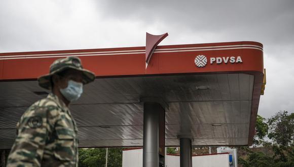 La estatal Petróleos de Venezuela SA (PDVSA) está racionando el combustible en todo el país. (Bloomberg)