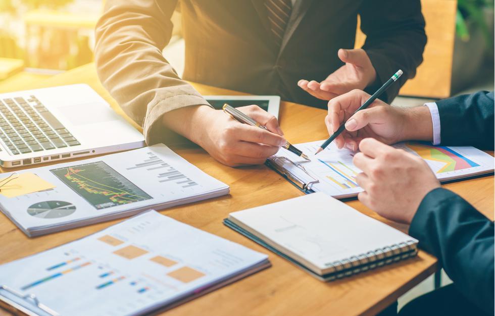 1. Plan y presupuesto: Para lanzar tu emprendimiento, es necesario armar un plan y presupuesto general para tener en claro los gastos del negocio. En caso de que te falte dinero, podrás determinar el monto máximo por el que podrías endeudarte. Asimismo, es necesario tener definidas las ganancias mensuales. (Foto: iStock)
