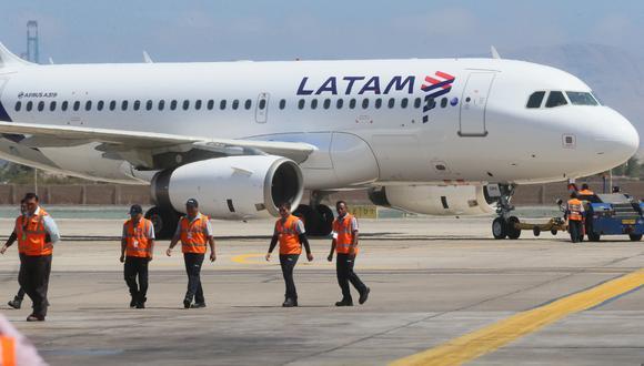Latam, nacida en el 2012 de la fusión entre la chilena Lan y la brasileña Tam, volaba antes de la pandemia a 145 destinos en 26 países y operaba aproximadamente 1,400 vuelos diarios, transportando a más de 74 millones de pasajeros anuales. (Foto: Difusión) LATAM AIRLINES, NUEVA MARCA GLOBAL DE LAS AEROLINEAS LAN Y TAM, REALIZO SUS PRIMEROS VUELOS INAGURALES ENTRE DISTINTOS DESTINOS. LA COMPAÑIA ADEMAS INAGURO 13 AEROPUERTOS EN TODO EL MUNDO INCLUYENDO AL AEROPUERTO INTERNACIONAL JORGE CGHAVEZ EN LIMA. CUENTA CON UNA FLOTA DE MAS DE 50 AVIONES BOEING 767.  FOTOS: MIGUEL BELLIDO/EL COMERCIO.
