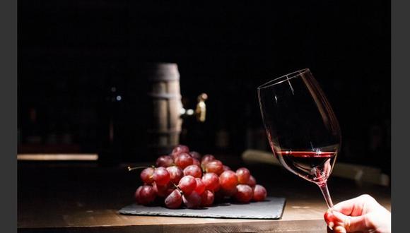 FOTO 7 | 7. Aumenta tu conocimiento de vinos Entre más grande seas a más eventos con vino estarás invitado y ¿no querrás que te intimiden, o sí? Eso no significa que tengas que ser un sommelier, pero sí es importante que aprendas lo básico en vino. Yo ni siquiera lo tomo y podría decirte un par de cosas de éste. (Foto: Freepik)