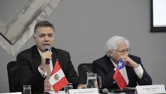 Superintendente del Mercado de Valores de Perú, José Manuel Peschiera, acompañado por el presidente de la Comisión para el Mercado Financiero de Chile, Joaquín Cortéz. (Foto: SMV)