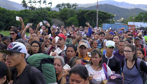 Otros venezolanos aprovecharon la medida dictada por Maduro para emigrar de su país, azotado por una crisis económica y el desabastecimiento de productos básicos. (Foto: AP)