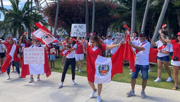 Ciudadanos peruanos participan en un plantón de protesta contra el presunto fraude electoral que denuncia la candidata presidencial peruana Keiko Fujimori, hoy, en Miami, Florida (Estados Unidos). (EFE/ Ivonne Malaver)