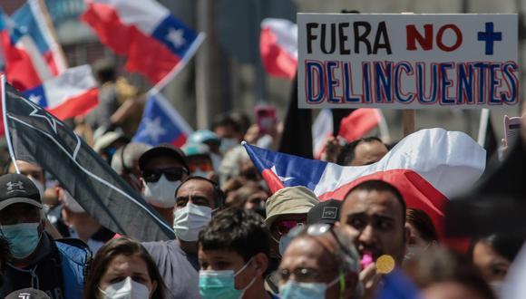 Grupos de personas marchan contra la migración irregular en Iquique, Chile. (Foto: EFE)
