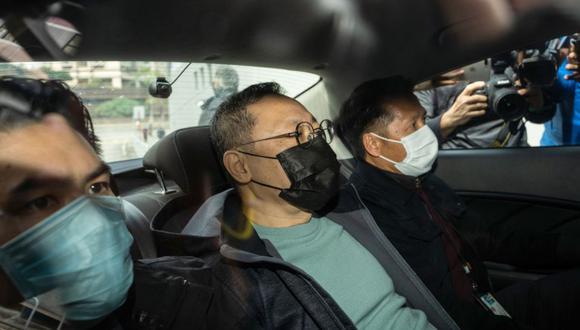 Benny Tai, centro, llega a la estación de policía Ma On Shan luego de ser detenido en Hong Kong, China, el 6 de enero. (Bloomberg)