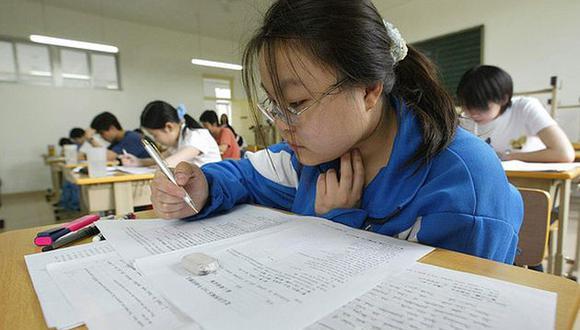 """En China, los alumnos que tienen que hacer malabares con sus múltiples cursos y clases son apodados """"polluelos sobreexcitados"""", en referencia a la hiperestimulación permanente promovida por sus padres. (Foto: AFP)."""