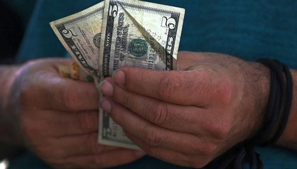 En el mercado paralelo o casas de cambio de Lima, el tipo de cambio se cotizaba a S/ 3.605 la compra y S/ 3.625 la venta. (Foto: AFP)