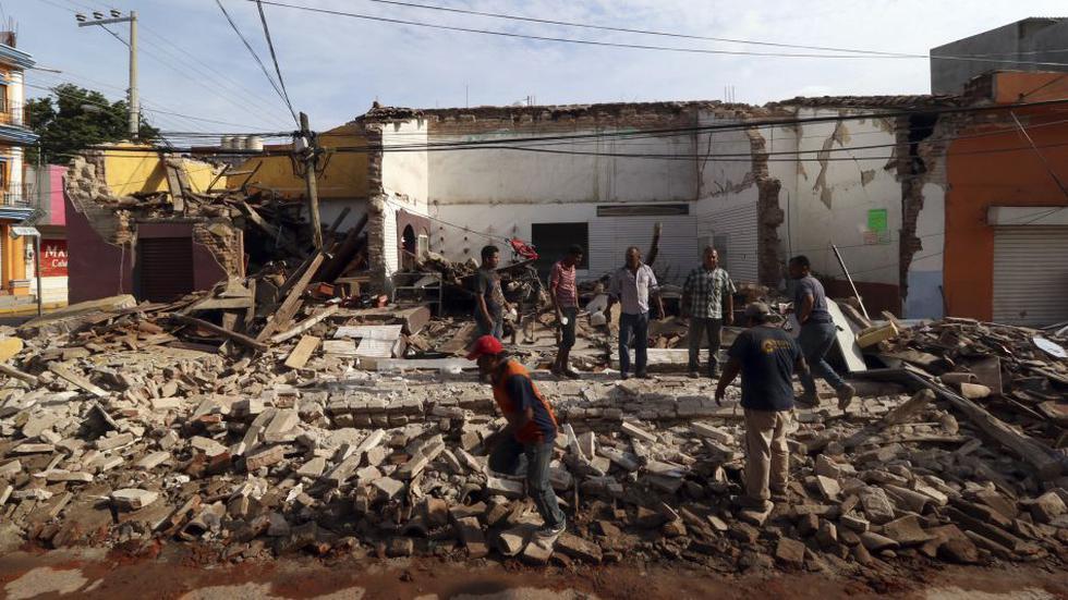 Foto 18 | Los residentes se colocan en los escombros de un edificio parcialmente derrumbado derribado por el terremoto en Juchitan, Estado de Oaxaca, México. (Foto: AP)