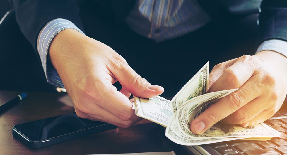 """FOTO 3   3. """"Necesito un montón de dinero para fundar una empresa"""" Consecuencia negativa: inacción o deuda. ¿A qué factor de la felicidad afecta? Afecta a la libertad para decidir sobre tu futuro. Otro mito que debe ser desmentido o, por lo menos, muy matizado. No es cierto que para crear un proyecto empresarial necesites mucha financiación. Depende en gran medida de lo que quieras hacer y cómo, pero en general no debería ser un impedimento.  Ten en mente que muchas de las grandes empresas actuales surgieron en, literalmente, garajes: Apple, Microsoft, Amazon, Facebook… No estamos hablando de compañías medianas… ¡Estamos hablando de las empresas más lucrativas de la actualidad! Todas aparecieron y se desarrollaron con ingenio y muchas horas de trabajo, y con escaso dinero. (Foto: Freepik)"""