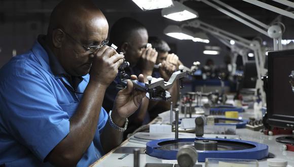 """Tiffany dijo que no adquiere diamantes de """"áreas de interés"""", como Zimbabue y Angola, donde los observadores internacionales dicen que la minería está asociada con violaciones de derechos humanos."""