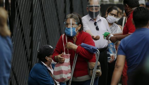Adultos mayores formaron largas colas en diferentes sedes del Banco de la Nación para cobrar el bono para los pensionistas de la ONP. (Fotos: Andrés Paredes/GEC).