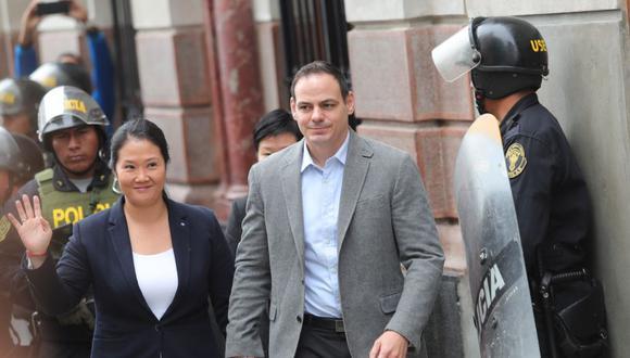 Keiko Fujimori, principal líder de la oposición en Perú, llega a la Sala Penal Nacional acompañada de su esposo Mark Vito. (Foto: EFE)