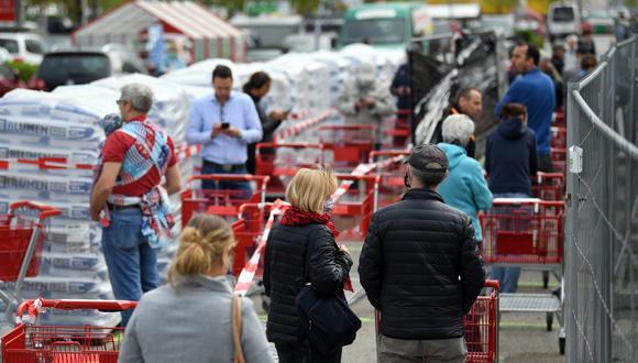 Las personas hacen fila para entrar a un supermercado alemán. (Foto: Reuters)